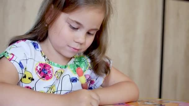 Dívka nebo roztomilé základní škola dětské malířství nebo psaní na papíře.
