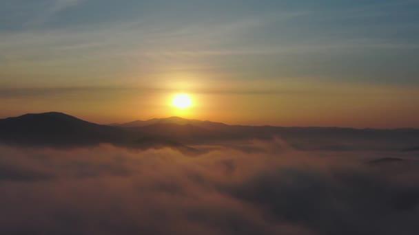 Repülés hegycsúcsok és felhők felett napkeltekor, Primorsky Krai, Oroszország