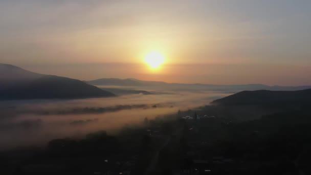 Napkelte a tenger felett és hegyek a ködben, Primorsky Krai, Oroszország
