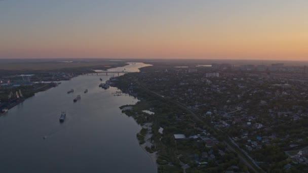 Ruské město shora, řeka s bárkami, průmyslová zóna, výhled na západ slunce