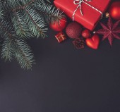 Weihnachten rote Dekoration auf schwarzem Hintergrund.