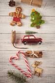 Weihnachtlicher Hintergrund. Rahmen aus vielen weihnachtlichen Sachen wie Kugeln, Spielzeug und Dekorationen über Holzbrettern. Weihnachtskonzept