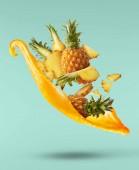 Létání ve vzduchu čerstvě zrálých a řezaných dětských ananasu