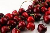 Cseresznye. Piros friss cseresznye és meggy, tálba, és egy csomó-ból cseresznye, az asztalon .