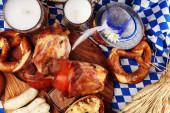 Traditionelle deutsche Küche, Schweinshaxe gebratener Schinkenhock. Bier,