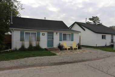 Tipik bir genel seyir yazlık Ontario küçük beyaz ev