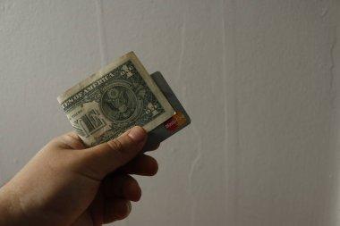 Bir adam bir ABD 1 bir dolar tutar..