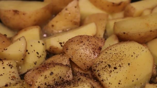 Krájené brambory vařené v oleji. Téma nezdravé kuchyně