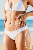 Vista ravvicinata di snellezza torso femminile con linee punteggiate incisione chirurgica contrassegnato sulla pelle