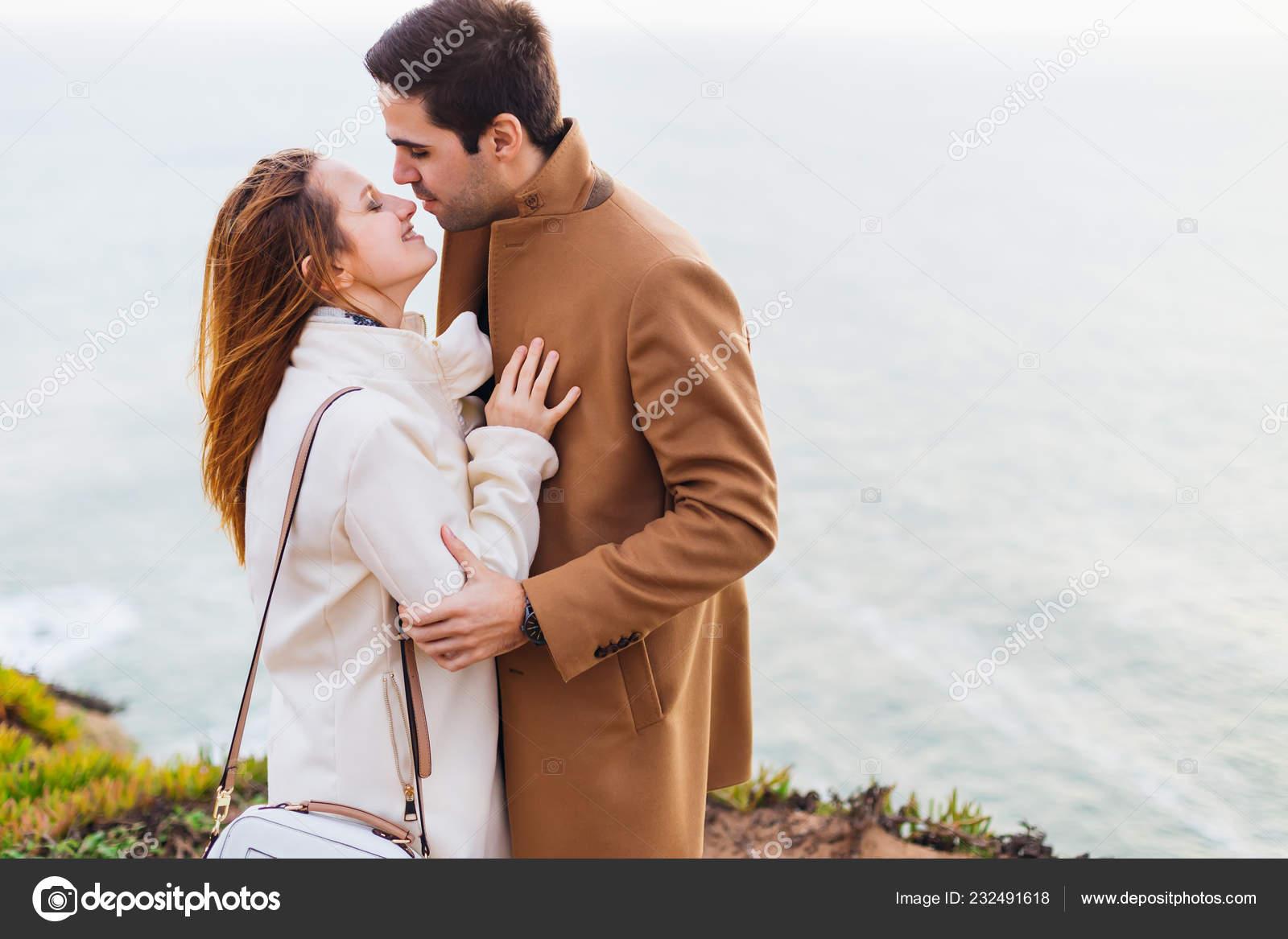Пары обнявшись стоят и целуются, шлюхи поебушки порнуха