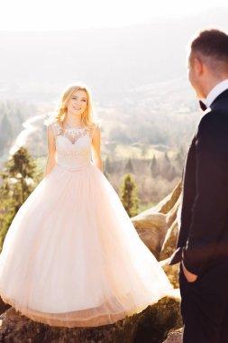 """Картина, постер, плакат, фотообои """"невеста в платье с кружевом смотрит на грум на фоне"""", артикул 303165660"""