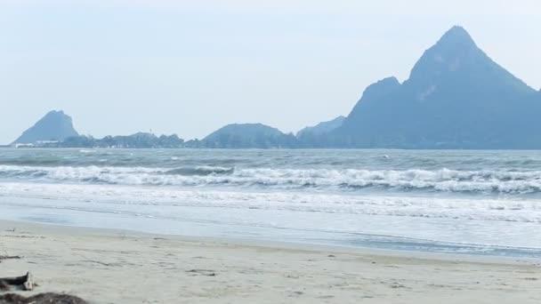 Úzká pláž line, mořské vlny s rachotem vln na písčitém pobřeží