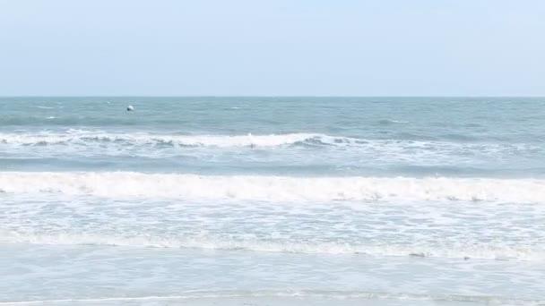 Keskeny strand vonal, tenger hullámai hullám összetörő a homokos parton