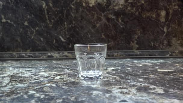 Mléko se nalije do sklenice. Rozlité mléko