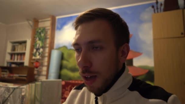 Der junge Mann niest