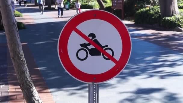 Das Schild verbietet Motorradfahren auf dem Gehweg
