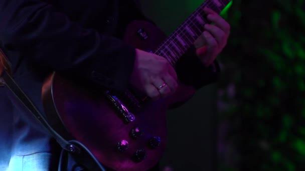 Gitáros a koncerten játszott a sötétcseresznye elektromos gitár alakja Les Paul