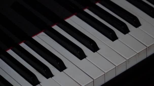 die Kamera nimmt ein geschmeidiges Diagonalpanorama entlang der Klaviertasten auf
