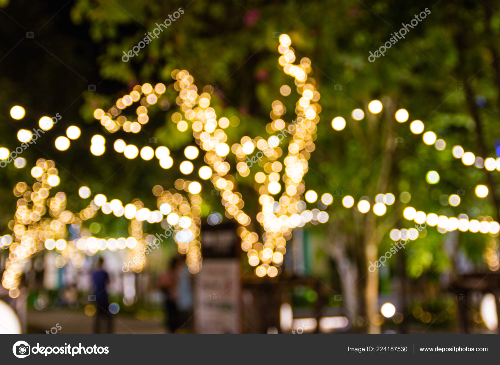 Blurred image with bokeh, Decorative outdoor string lights hanging on tree in the garden at night time - decorative Christmas and Happy New Year — Photo by ...