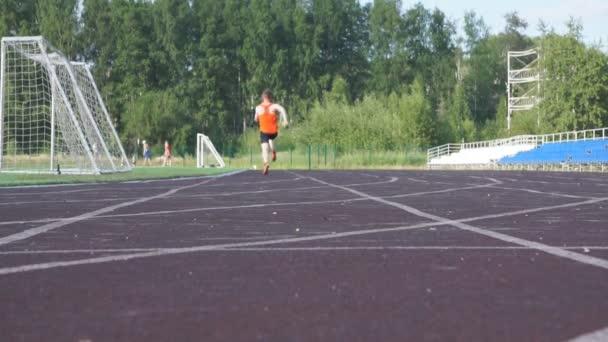 Sportoló cipőben arany fut át a ragyogó kék ég, a lassú mozgás .