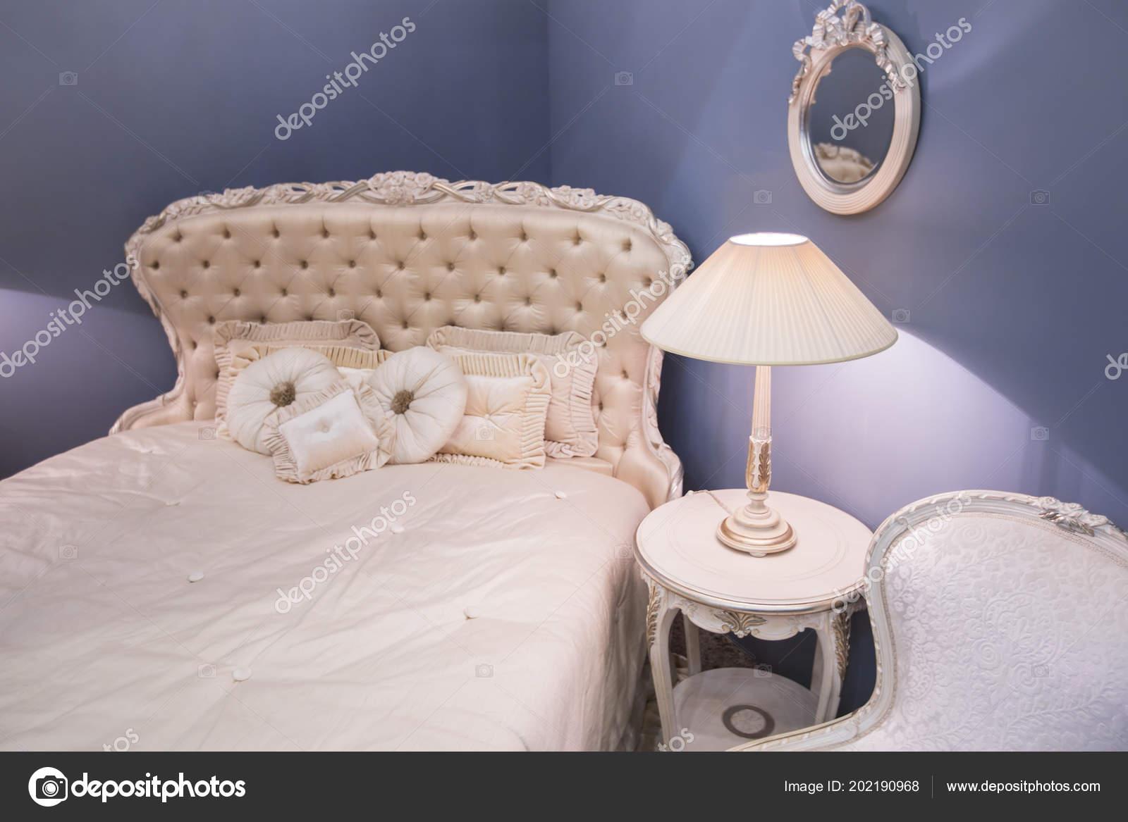 Nachtkastje Kinderkamer Afbeeldingen : Luxe dure interieur van het meisje kinderkamer oude stijl wit