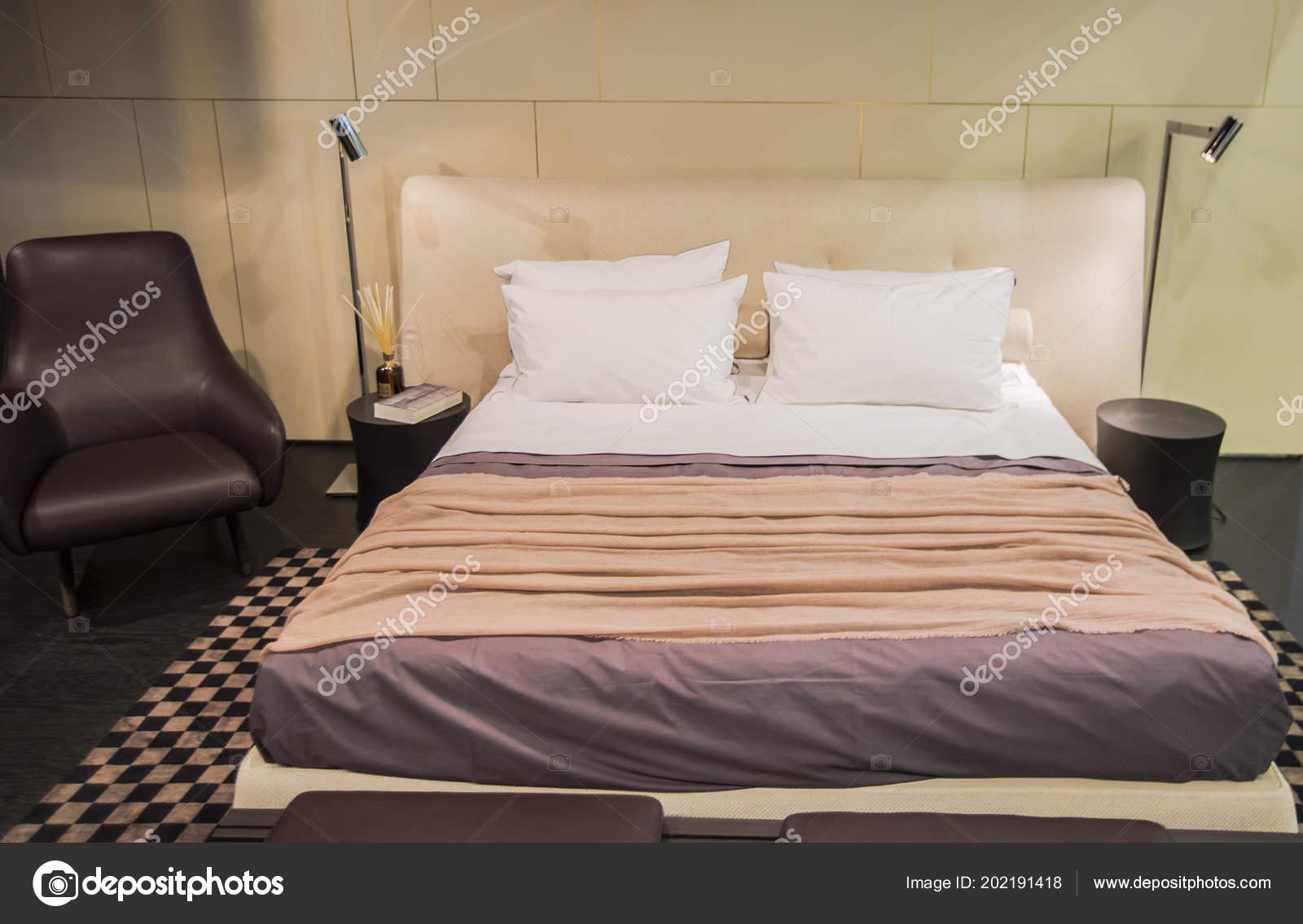 mooie moderne antieke ontwerper slaapkamer pastel kleuren met lederen fauteuil stockfoto