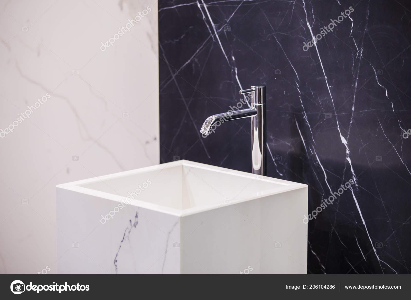 Lavabo Marbre Sur Fond Une Salle Bains Marbre Mur Noir