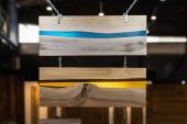Tischplatte aus Epoxidharz und Holz geschnitten, Innenausstattung aus Epoxidharz. Beispiele für Platten im Laden