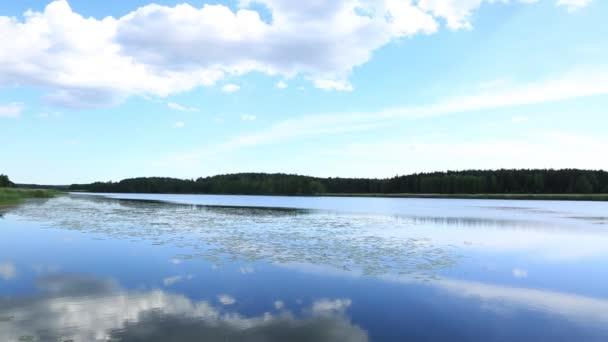 Krásný výhled na nádherné přírodní krajiny. Jezero vody povrchové a modrá obloha s mraky bílé. Krásná příroda krajina pozadí