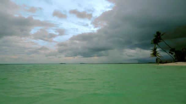 Vista di splendido paesaggio tropicale, Maldives. Acque turchesi delloceano indiano e incredibile nuvole bianche. Priorità bassa della natura bella