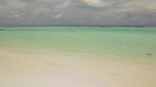 Nádherný výhled na Indický oceán, Maledivy. Bílý písek pobřeží linie, tyrkysový oceán vody a modrou oblohu s bílé mraky. Nádherná příroda krajina pozadí