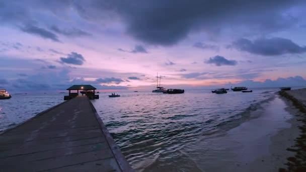 Toller Sonnenuntergang am Indischen Ozean, Malediven. einige Boote auf blauem Wasser und blauem Himmel mit weißem Wolkenhintergrund. erstaunliche Natur Landschaft Hintergrund.