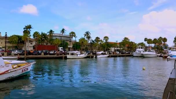 Vista di una costa con auto parcheggiate e barche su sfondo blu cielo su Aruba. Oranjestad. Aruba. 09.13.2017.