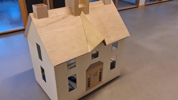 Detailní pohled na pohybující se model dřevěného domu. Koncept divadelních rekvizit.