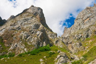 On the route of ascent to the Vega de Liordes, we find impressive views of green valleys, rocky mountains and winding roads, such as the Tornos de Liordes. Fuente De. Picos de Europa, Cantabria, Spain
