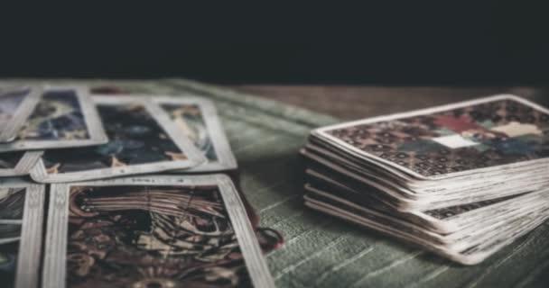 Bruvoll, Norsko-23. březen 2011: okultismus mystický balíček tarokové a staré tarokové karty na stole pro kouzelný pohanský rituální rituál, čtení-koncepce nadpřirození, čarodějnictví, osudu a mystického vyprávění o osudu