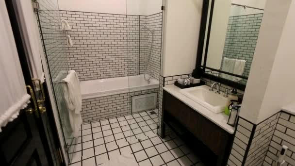 Interiér koupelny v černé a bílé