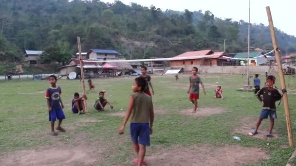 Laoský děti hrát volejbal v obci