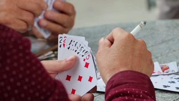 Skupina mužů hrát ards (3)
