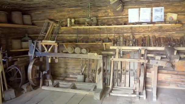 Staré tesařské dílny interiér s dřevěnými nástroji