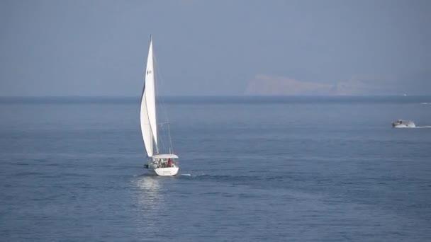 Jachet a motorových člunů plováky na moři