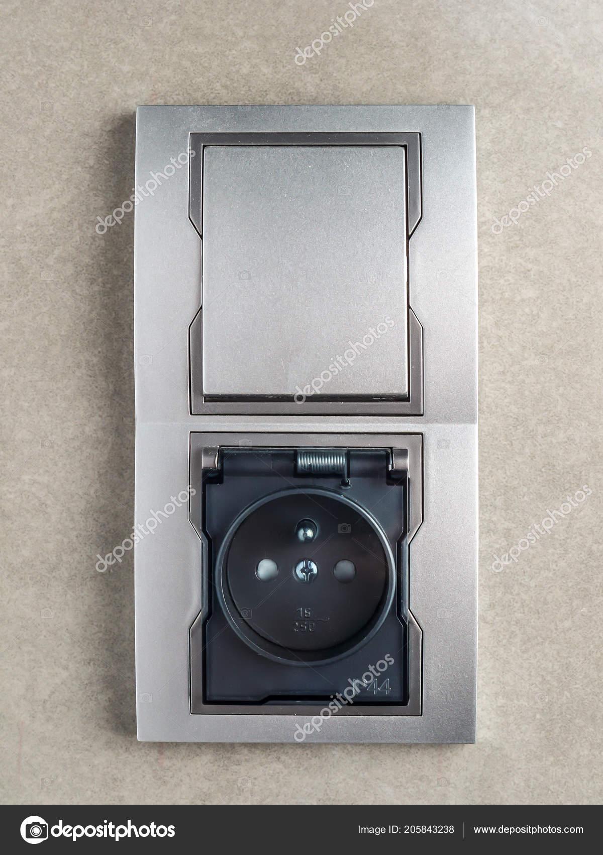 Badezimmer-Steckdose und Schalter — Stockfoto © pryzmat #205843238