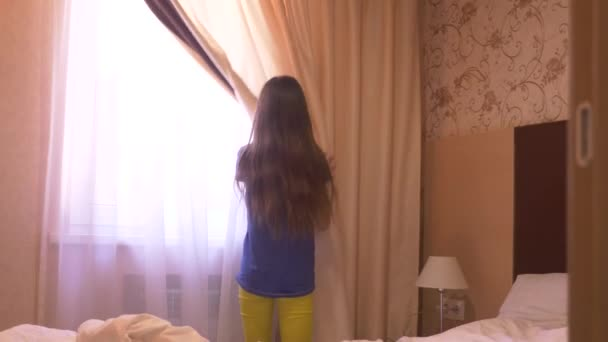 https://st4.depositphotos.com/14828974/19590/v/600/depositphotos_195907698-stockvideo-het-meisje-wordt-de-gordijnen.jpg