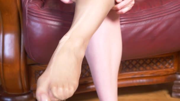 Лизать ноги через колготки видео