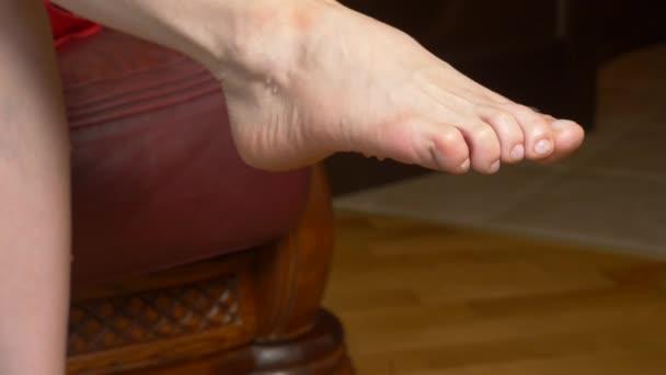 Una goccia dacqua o un olio da massaggio scorre dal piede femminile. futfetish. 4 k rallentatore, close-up
