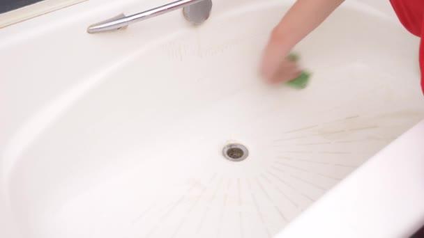 Női kezek tisztító fürdő csaptelep. 4k, lassú mozgás