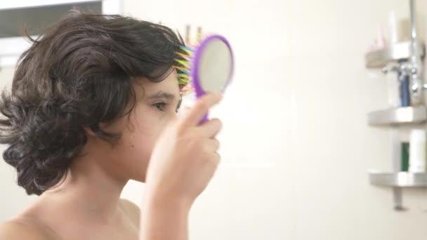 https://st4.depositphotos.com/14828974/19817/v/600/depositphotos_198172584-stock-video-cute-boy-brushing-his-curly.jpg