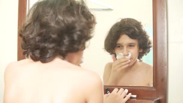 Tinédzser leborotválja először, tizenéves fiú alkalmazása borotvahab, bőrápoló, krém, arc, 4k