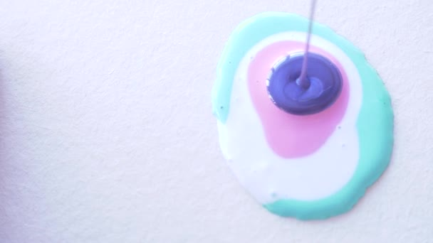 kéz asszony előkészíti és festékek, festékek rajzolt a folyadék art 4k