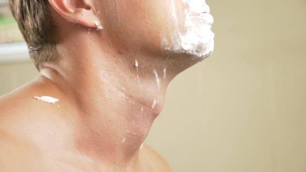 detail. pohledný muž holí tvář. 4k, pomalý pohyb